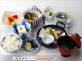 人気列車「天空」に乗って、旅気分を高めながら高野山へ凛とした空気が流れる宿坊『遍照尊院』で食す精進料理は、格別。